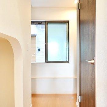 2階への階段はアンダーロフトの奥を左側へ。右側は玄関で、手前の扉はクローゼット。