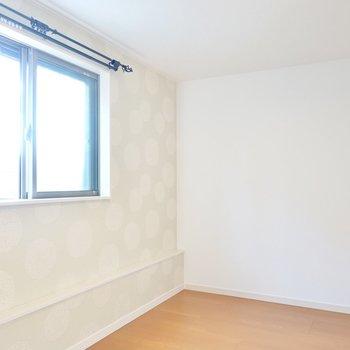 窓側の奥まったスペースにはソファやチェアを置くことで、素敵なおこもりのできる空間に!