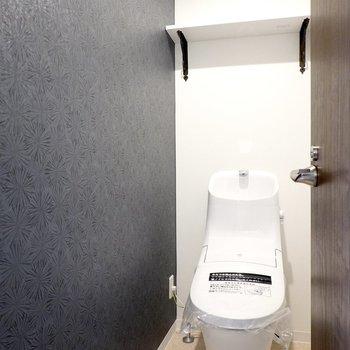 エレガントな模様のクロスの横には、ウォシュレット付きのトイレ。スタイリッシュなフォルムで見ているだけでも楽しい!