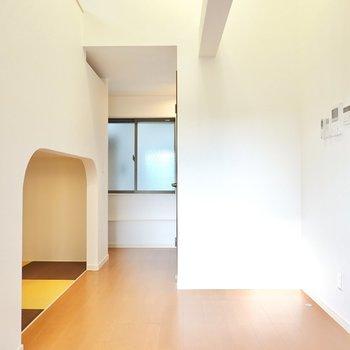 玄関側のスペースはダイニングに。右に見えるドアは脱衣所のもの。