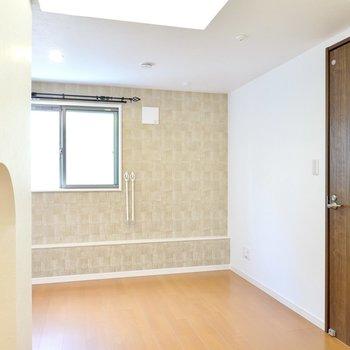 玄関を抜けるとLDK。ナチュラルな空間に少し高級感のある壁紙がアクセントに。