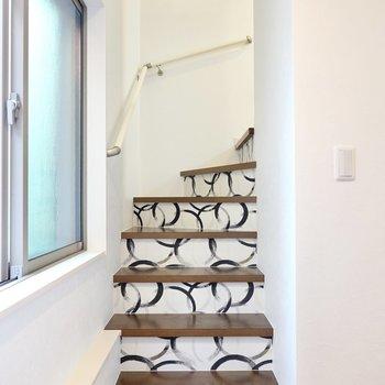 階段を登って上へ。ここには和柄のデザインクロスが使われています。