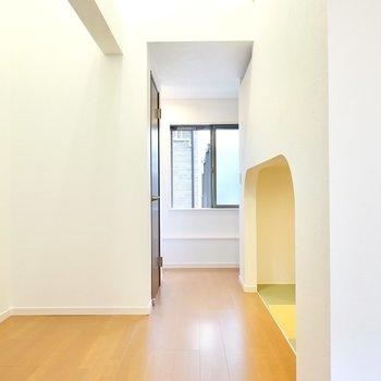 玄関側のスペースはダイニングに。左に見えるドアは脱衣所のもの。
