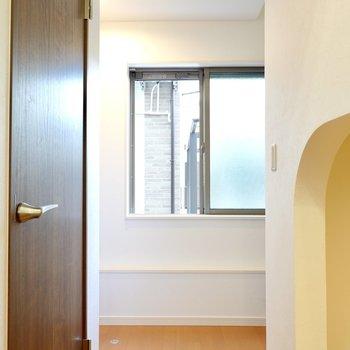 2階への階段はアンダーロフトの奥を右側へ。左側には玄関で、手前の扉はクローゼット。