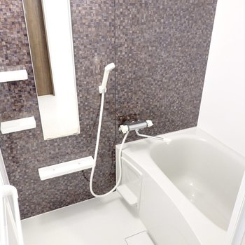 お風呂も高級感のあるモザイクタイル風のアクセントパネル。浴室乾燥機付きで洗濯物も乾かせます◎