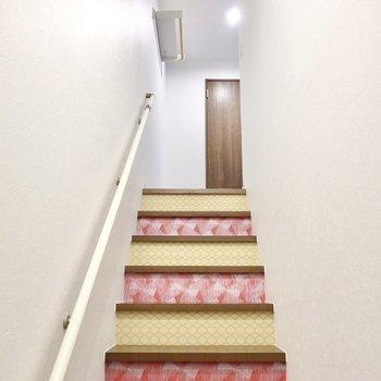 階段にもデザインクロスが使われていて、帰ってきたときの景色も素敵なんです。