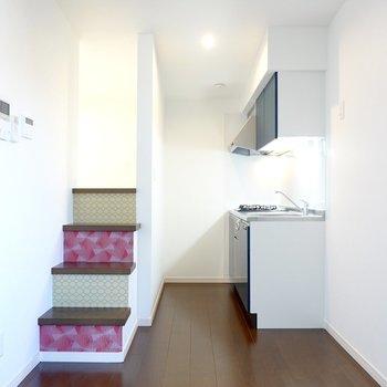 キッチン側の階段に出られる、回遊性のある造りになっています。なんて楽しいんだ……!