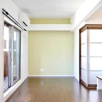 LDKは階段を上がった先に。ライムグリーンの壁に合わせて明るいソファを置きたいな。