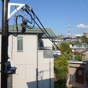眺望は東向き。正面には電柱がありますが、空が見えるので少し開放的。