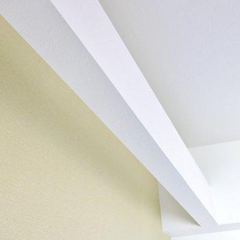 壁の前には柱があり、少し間があります。テープライトを使って壁を照らす間接照明を作るとホテルのような雰囲気に!