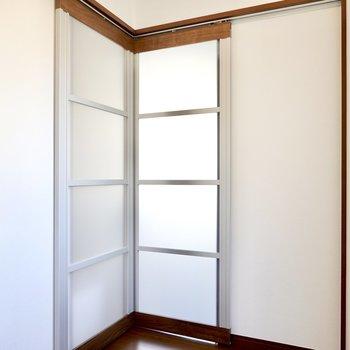 半透明の引き戸なので、閉めても開放感が残ります。