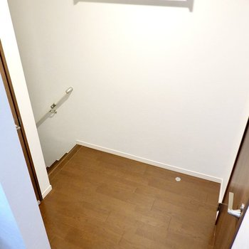 踊り場に出て右に脱衣所、左にトイレがあります。壁には小物を置ける棚が付いています。