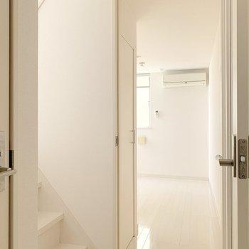 右に洋室、左にはリビングへ繋がる階段があります。