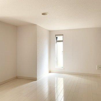 階段登って左手のスペース。シングルマットレスを置いて寝室にしても良さそう。