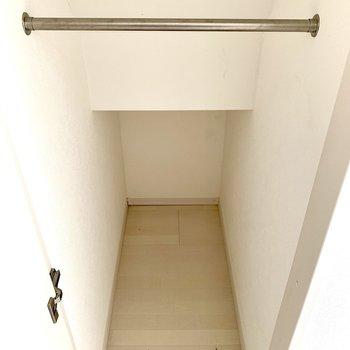 入り口の扉横は収納になっています!クローゼットはこちらのみなので工夫して収納しましょう。