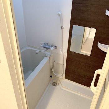 お風呂はサーモ水栓で温度調節もラクラク♪(※写真は清掃前のものです)
