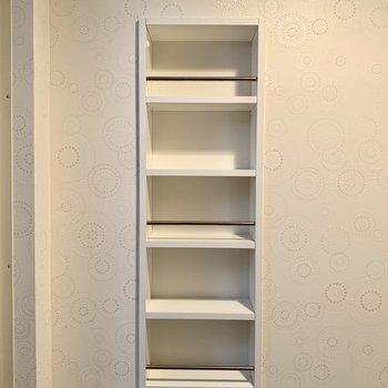 洗濯機置き場の正面には小さな棚もあります!!