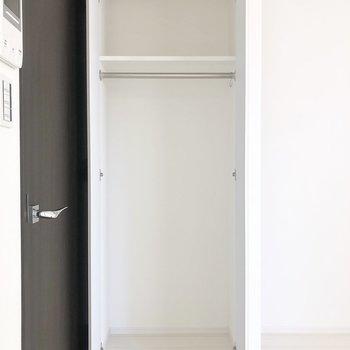【クローゼット②】それぞれ季節ごとに使い分けてもいいですね。※写真は2階の同間取り別部屋のものです