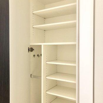 シューズボックスは大容量サイズ。※写真は2階の同間取り別部屋のものです