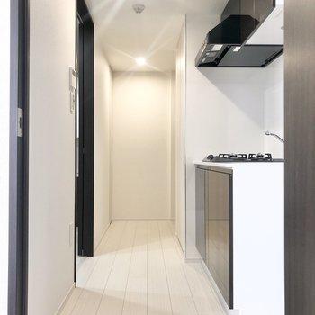 廊下に出てキッチンへ。※写真は2階の同間取り別部屋のものです