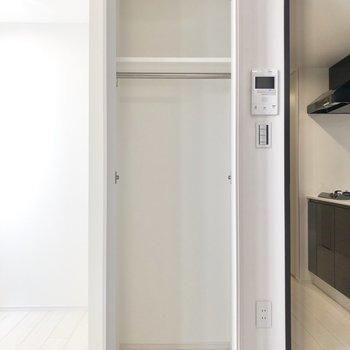 【クローゼット①】丈の長い衣服も掛けられます。※写真は2階の同間取り別部屋のものです