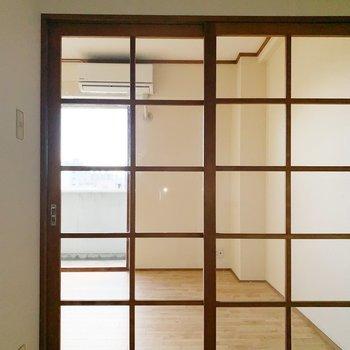 そして、ここの扉はガラス張り。(※写真は6階の同間取り別部屋のものです)