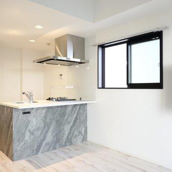 お部屋の中心にはバーカウンターのように使えるオープンキッチン!(※写真は4階の同間取り別部屋のものです)