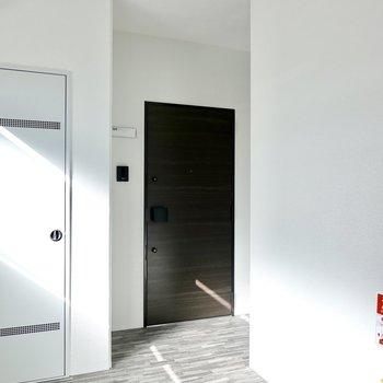 玄関前の共用部は完全室内空間。