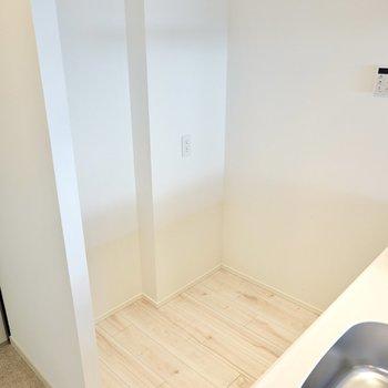 背面側には冷蔵庫置場。収納を置けるスペースもあります。(※写真は4階の同間取り別部屋のものです)