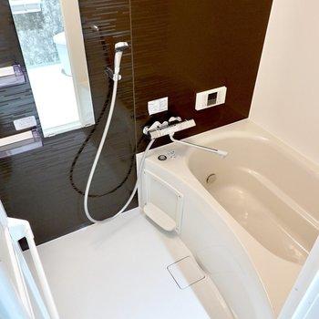 お風呂は左手に。追い焚きでゆっくり身体を温められます。さらに浴室乾燥機も付いています。(※写真は4階の同間取り別部屋のものです)