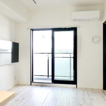 LDKは9.3帖。ファブリックのソファや木目のテーブルが似合う、自然と安らぐ空間です。(※写真は4階の同間取り別部屋のものです)