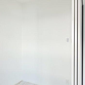 シングルベッドがちょうど収まりそうな広さ。ワークスペースにしても良いですね。(※写真は4階の同間取り別部屋のものです)