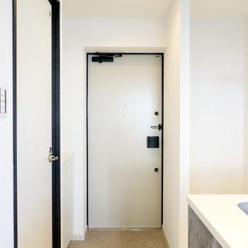 玄関はキッチンの後ろに。靴箱は左側。(※写真は4階の同間取り別部屋のものです)