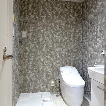 脱衣所もちょっと特別。入って正面に洗濯機置場とスタイリッシュなタンクレストイレ!(※写真は4階の同間取り別部屋のものです)