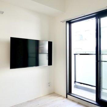 なんと壁付けのテレビが備え付き!動画配信サービスも観られます◎(※写真は4階の同間取り別部屋のものです)
