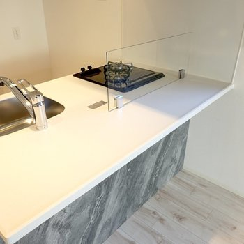 カウンターの下にはコンセントがあるのでデスクにしたり、キッチン家電を並べたりもできます。(※写真は4階の同間取り別部屋のものです)