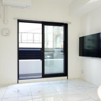 LDKは9.3帖。ガラス天板のテーブルなど、高級感のある家具が似合う空間。(※写真は2階の反転間取り別部屋のものです)