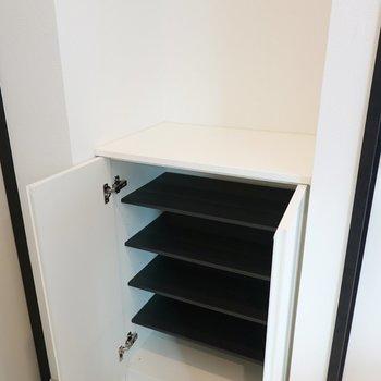靴箱は1段に2足ほど入る大きさ。靴箱の上は鍵置き場などに。(※写真は2階の反転間取り別部屋のものです)