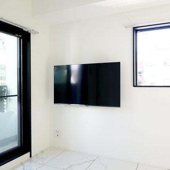 なんと壁付けのテレビが備え付き!動画配信サービスも観られます◎(※写真は2階の反転間取り別部屋のものです)