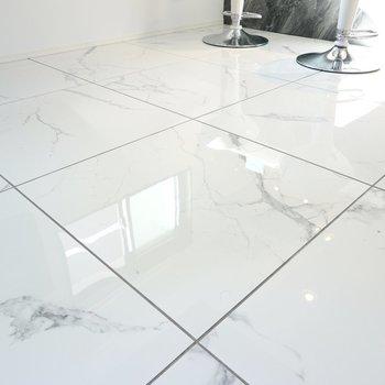 床は眩しく輝くタイル……!モノトーンのインテリアコーディネートが簡単に作れます。(※写真は2階の反転間取り別部屋のものです)