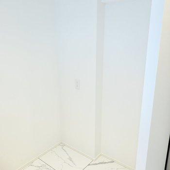 背面側には冷蔵庫置場。収納を置けるスペースもあります。