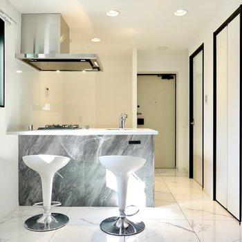 お部屋の中心にはバーカウンターのように使えるオープンキッチン!