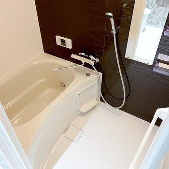 お風呂は右手に。追い焚きでゆっくり身体を温められます。さらに浴室乾燥機も付いています。