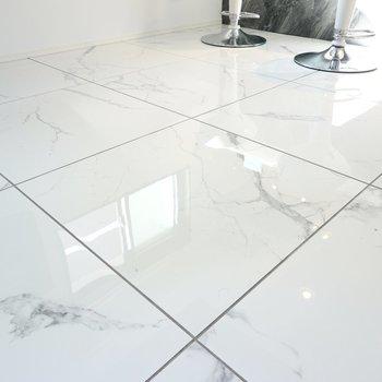 床は眩しく輝くタイル……!モノトーンのインテリアコーディネートが簡単に作れます。