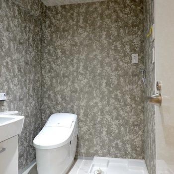 脱衣所もホテルライク。入って正面に洗濯機置場とスタイリッシュなタンクレストイレ!