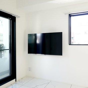 なんと壁付けのテレビが備え付き!動画配信サービスも観られます◎