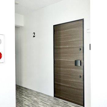 玄関前の共用部は完全室内空間。エレベーターを降りて正面がお部屋です。