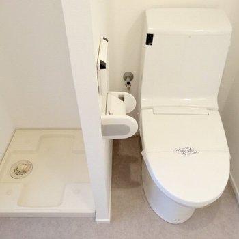 トイレと洗濯機は脱衣所内、お隣同士なのです。(※写真は11階の同間取り別部屋のものです)