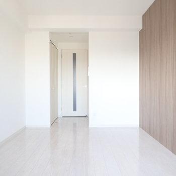 壁紙は木調なので、(※写真は15階の同間取り別部屋のものです)