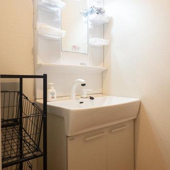 洗面台横にカゴがあるのでなにかと便利ですね!